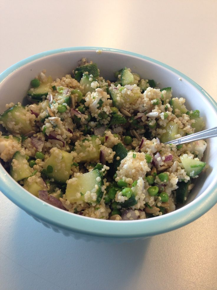 Salade | lunch | suikervrij | tarwevrij | quinoa met komkommer, (diepvries)doperwten, biologische feta, rode ui, zonnebloempitten, bieslook, peterselie, olijfolie en balsamico | na nachtje in koelkast nog lekkerder;)
