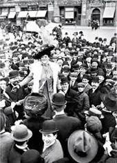 SIGLO XX. SEGUNDA Y/O TERCERA OLA Incluye la etapa final del sufragismo, del que ya hemos hablado. Tras el logro del voto y con la resaca de la I Guerra Mundial, el movimiento se relaja. Se centran en otros movimientos no específicamente feministas, sino que trabajan por causas sociales relacionadas con el bienestar y la paz.  Con la II Guerra Mundial, las mujeres se olvidan de sus demandas como colectivo y se centran en sobrevivir ; muchas de ellas se volvieron a convertir en necesaria mano…