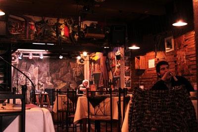 La Chimenea Pasaje Príncipe de Gales 90, Santiago Centro.  Este local nació en los 50 para atender a la bohemia capitalina y en estos años son numerosos los empleados públicos, periodistas, abogados, artistas y un sin fin de autoridades que han departido en sus dependencias, donde además se realizan diversas actividades culturales como festivales de jazz, teatro y música. Su cocina criolla destaca por la cazuela y, en especial, por las chorrillanas