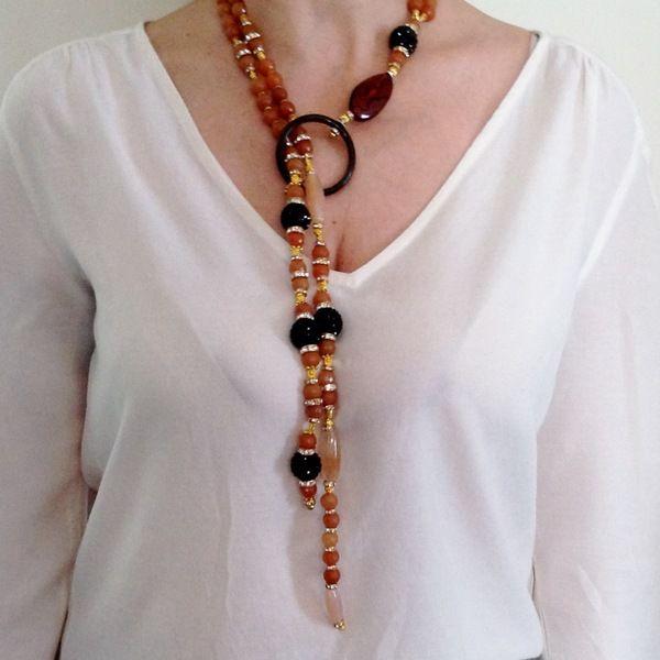 Collana a laccio infilata a mano con due fili di ambra corniola e pietre dure e ciondolo finale - Collane di design ...