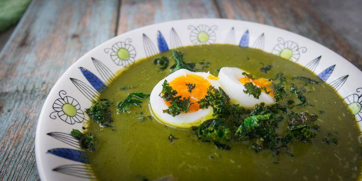En gammel oppskrift på grønnkålsuppe fikk seg en moderne vri med grønnkålchips og perfekte egg.