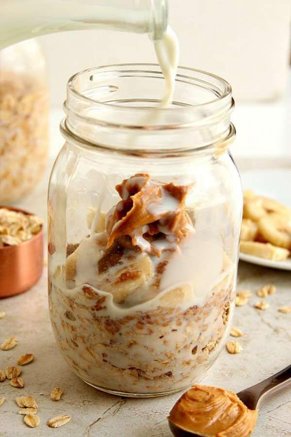 Petit-déjeuner dans un pot avec banane lait beurre de cacahuète et flocons d'avoine