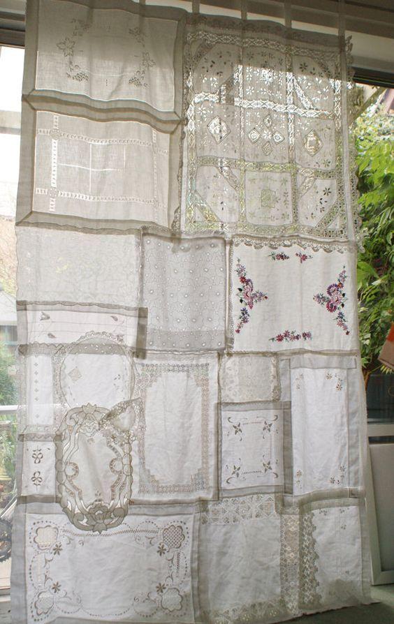 Questo di una cortina di gentile è fatto completamente da tessuti vintage comprati da carità negozi e negozi di antiquariato, nulla da stuoie vassoio a centrini per una tovaglia. Può essere utilizzato riuniti in alto o no. Usato come una tenda per una finestra o una porta o un pannello per una finestra o come decorazione contro un muro o alla sezione fuori parte di una stanza o il giardino. Ideale per uno sfondo a un matrimonio. Il colore dei tessuti sono bianco ma variare a causa de...