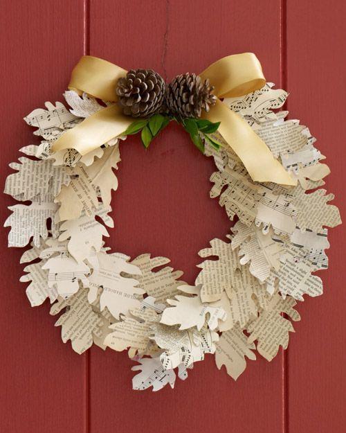 Ghirlanda natalizia composta da foglie di carta