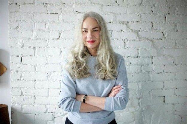 Capelli grigi e taglio lungo: un'opzione perfetta per le donne mature che non temono di invecchiare.