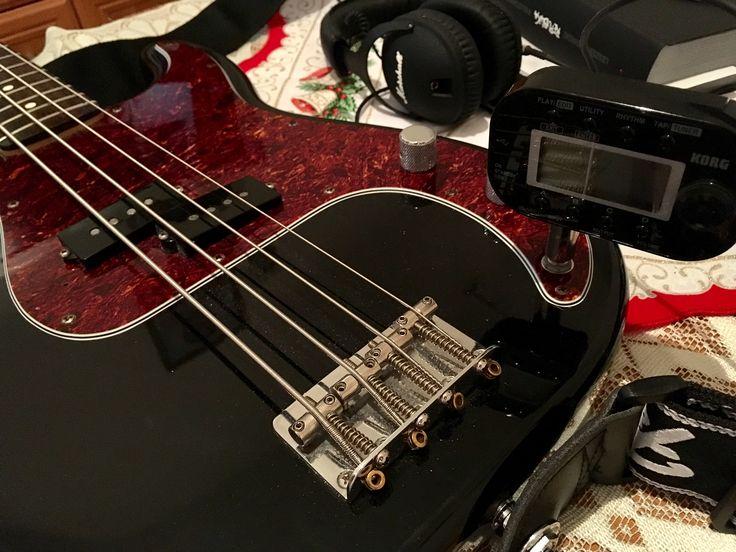 Fender Precision Bass,  Korg Pandora mini