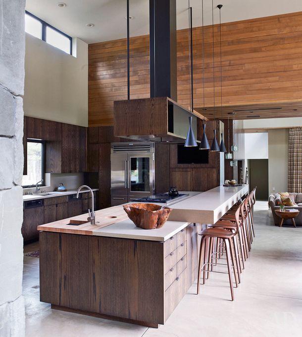 Этот дом расположен наберегу озеро Тахо, что награнице штатов Калифорния иНевада. Интерьер кухни, как ивсего дома, проектировала фирма Marmol Radziner.