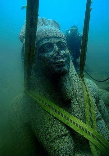 Un grande statua recuperata ad Heraclion (foci del Nilo)