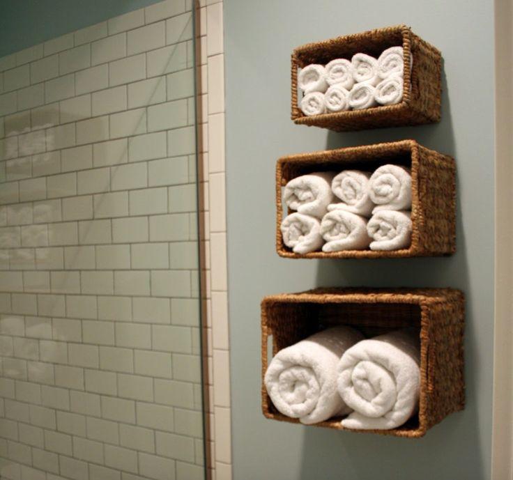 Häng Körbe im Badezimmer auf, um Handtücher zu lagern.
