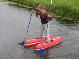 dit meisje loopt over het water met waterschoenen, een soort mini kano's
