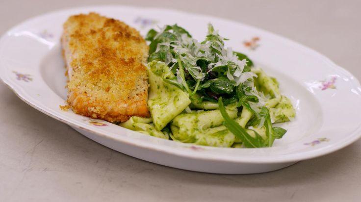 Jeroen daagt je uit om eens verse pasta te maken. Het kost een beetje tijd, maar het resultaat zal ongetwijfeld eens zo goed smaken. Voor dit gerecht maakt Jeroen pappardelle, een brede lintpasta. Heb je geen zin of tijd om de pasta vers te bereiden, dan kan je het gerecht ook met de kant-en-klare versie op te tafel zetten.De Italiaanse linten zijn vergezeld van stukken zalmfilet met een knapperige korst op basis van Parmezaanse kaas. De vis gaart in de oven en de pasta krijgt smaak van een…