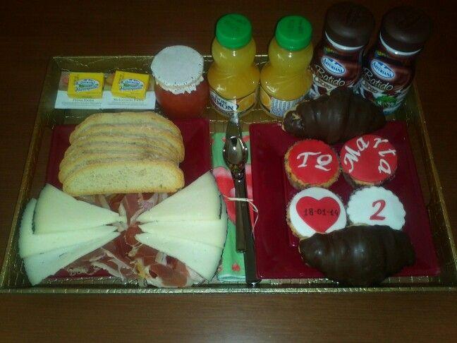 Desayuno romántico para celebrar su segundo Aniversario! Felicidades pareja!    Jamón, queso, tomate, pan tostado, mermelada, mantequilla, 2 curasanes de chocolate, 4 cupcakes personalizadas, 2 batidos de chocolate y 2 zumos! Todo en una bandeja dorada!
