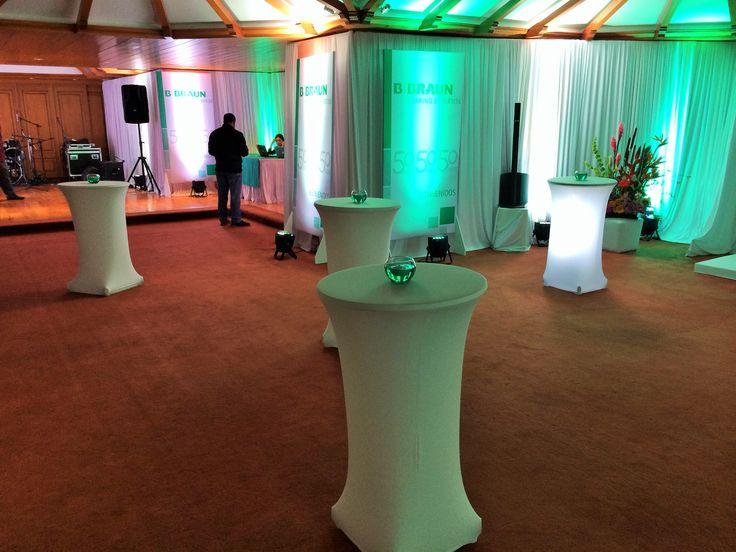 Evento empresarial, tonalidades verdes y matices blancos.