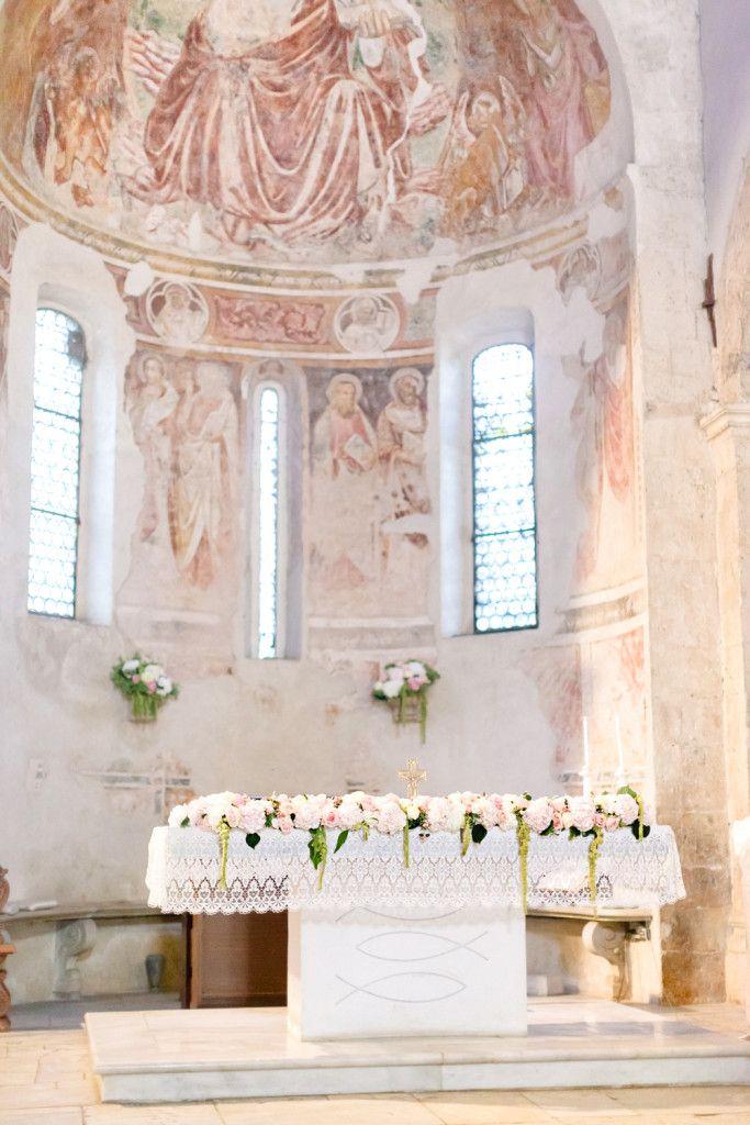 Decorazione dell'altare: una ghirlanda di rose, ortensia e verde..