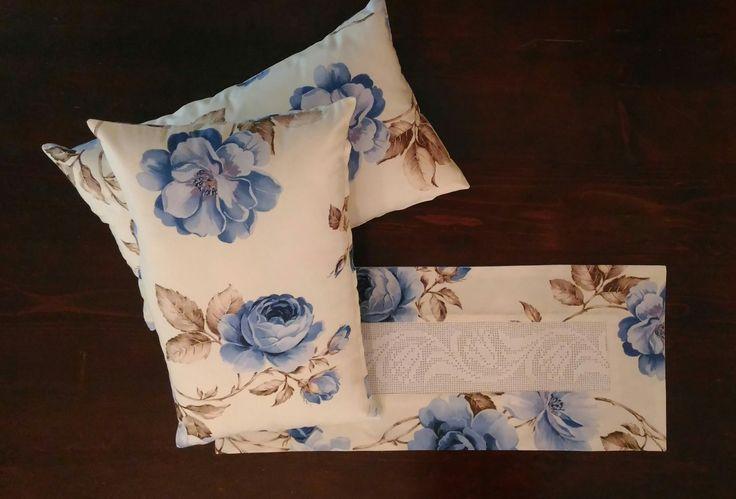 Cuscino decorativo fiori blu in puro cotone italiano con centro in pizzo ad uncinetto fatto a mano// Decorative pillow in 100% washable cotton with handmade crochet lace. Made in Italy