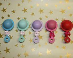 Todos los invitados están seguros de disfrutar de estos adorables EOS lip bálsamo bebé favores de la ducha.  Vienen en cantidades de 10 y se hacen por encargo. Incluye bálsamos EOS de 10 diez en el sabor de su elección (según disponibilidad).  No dude en elegir el color más de 1.   Textura de papel puede variar. Arco color puede variar.   Asamblea es necesaria.