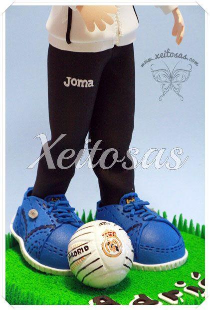 Fofucho futbolista con chandal y balón del Real Madrid pintado a mano. Tambien con zapatillas Lois en goma eva  Todos mis trabajos están registrados con todos los derechos reservados por lo que no está permitida su copia.   www.xeitosas.com