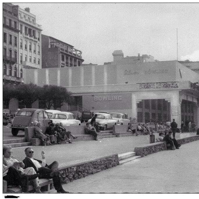 """On jouait au bowling sur la Grande Plage de Biarritz au dessus du Casino Municipal circa """" 60 /70 """""""