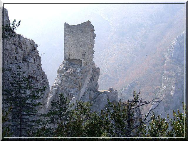 «C'est un roc ! ... C'est un pic... C'est un cap ! Que dis-je, c'est un cap ? ... C'est une péninsule !». Cette tirade de Cyrano est représentative du choc que j'ai ressenti en découvrant le site fortifié de La Rochette dans le département des Hautes Alpes. Cet ancien fief de mon Dauphiné, bien qu'en ruine, est fantastique.
