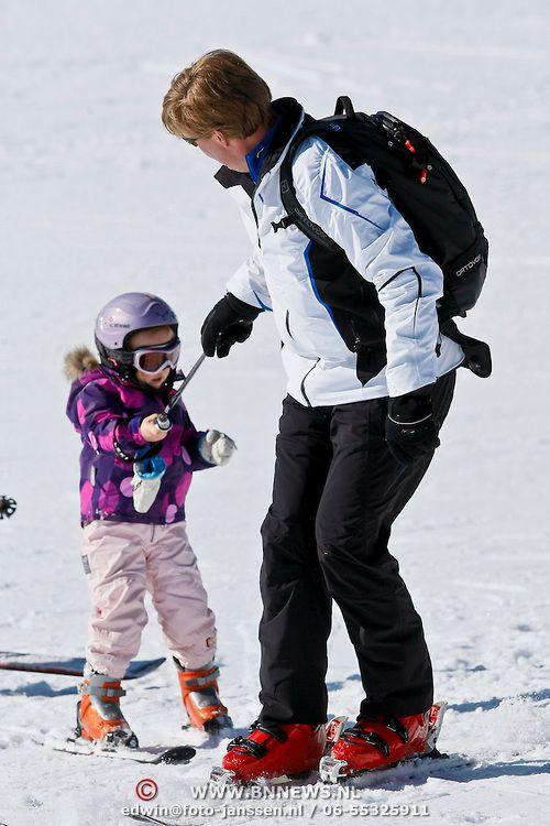 Fotosessie Nederlandse Koninklijke Familie 2011 op wintersport in Lech, Ariane (4 jaar) valt en wordt geholpen door haar ouders.
