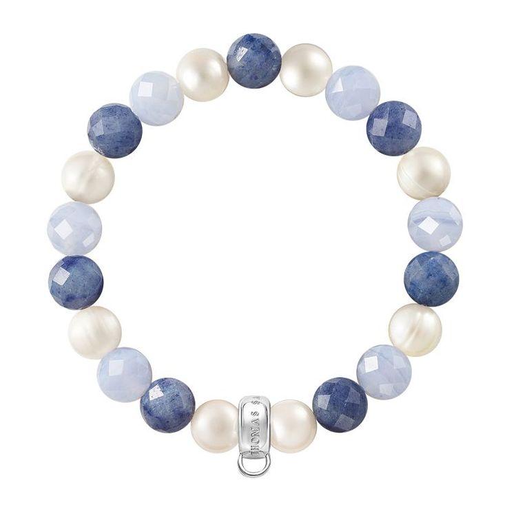 THOMAS SABO Charm-Armband aus der Charm Club Kollektion. In leuchtenden Blau- und Weißtönen sorgen blauer Chalcedon, Dumortierit und Süßwasserzuchtperlen für eine frische Brise am Handgelenk. [Artikeltabelle]Kategorie:Charm-Armband Material:925er Sterlingsilber Steine:Chalcedon blau, Dumortierit, Süßwasserzuchtperlen Maße:Breite ca. 1 cm (0,39 Inch) Artikelnummer:X0210-772-7[/Artikeltabelle]