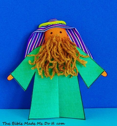 Make a Moses puppet from a plastic spoon. His robe is made of paper and is glued to the figure. A pleat in the front adds a tailored touch!thebiblemademedoit.com