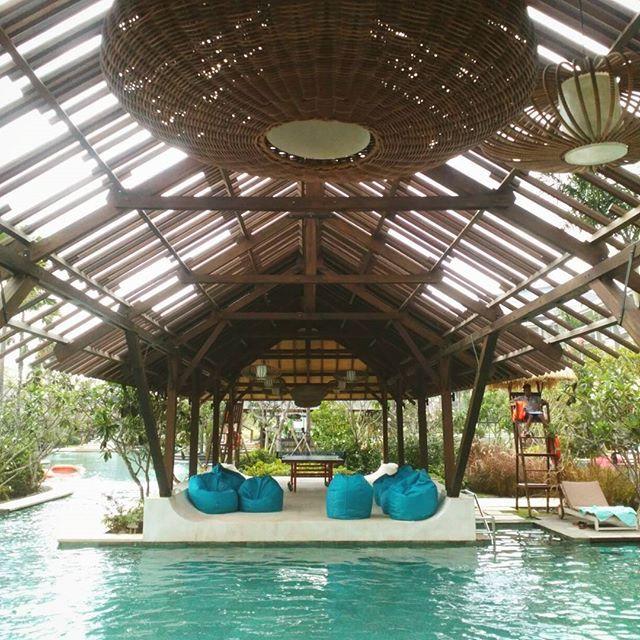 Weekend at Mövenpick Hotel & Resort Jimbaran Bali. . . Jika mengunjungi hotel dan resort yang terletak di Jimbaran ini area kolam renang menjadi lokasi favorit bagi para tamu. Selain berenang Anda dapat bersantai sembari membaca buku atau bermain tenis di pendopo. Kemudian Anda juga dapat memaksimalkan relaksasi dengan mencoba Balinese Massage yang tersedia di bungalow di tepian kolam. Agar sensasi poolside party Anda lebih menyenangkan Jejala pool bar hadir dengan sajian cocktail yang…