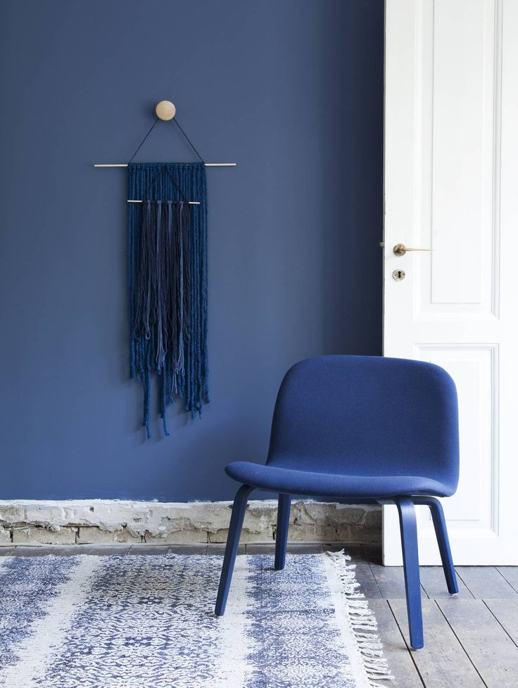 Decorate with blue: Muuto VISU lounge chair upholstery: Kvadrat steelcut 775 dark blue. Styling by Nadja Wehlitz, Photo by Pernille Enoch for Femina