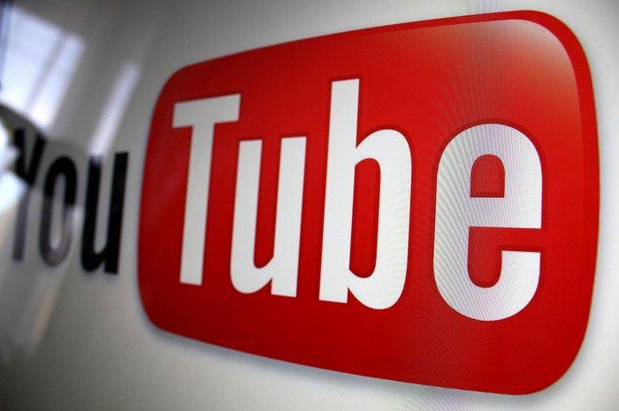 Hace 4 años atrás, Youtube comenzó permitir el uso de la etiqueta vídeo de HTML5 para reproducir vídeos, aunque en esos años el uso de este reproductor por parte de Youtube estaba limitado porque HTML5 no ofrecía soporte para ABR (Adaptative Bitrate), tecnología que permite mostrar más vídeos usando menos buffering. Con el transcurso de los años eso cambió y Youtube trabajó más de cerca con los desarrolladores de navegadores, para llegar al día de hoy en que ya utiliza HTML5 <video> como ...