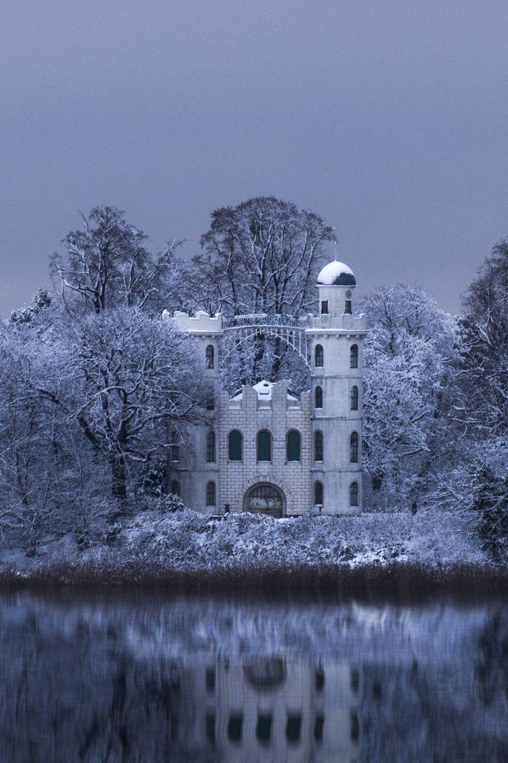 BERLIN, Schloss Pfaueninsel auf der Pfaueninsel in der Havel Perfekter Ort für einen wunderschönen Ausflug! by Florian Gramsch