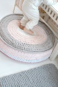 Would love the pattern for this beautiful pouf! Can't be too difficult?!