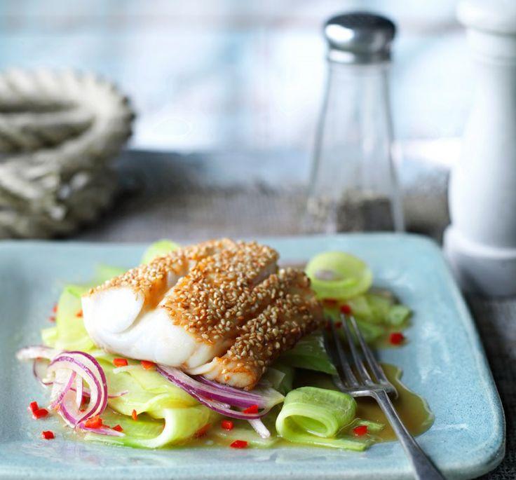 Smażona ryba w sezamie z azjatycką sałatką z ogórków #lidl #przepis #ryba #sezam