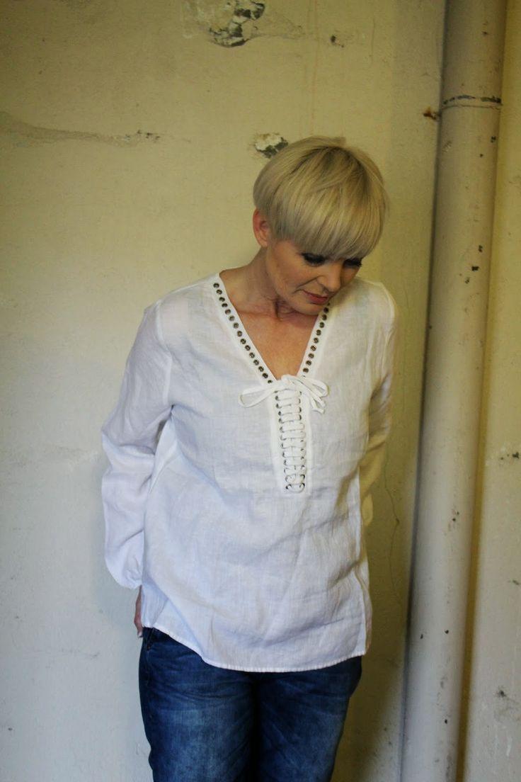 Jeans og hvite topper blir aldri feil. Det er er alltid like lekkert.   Her er tre ulike skjorter , de to første i lin og den siste i bomu...
