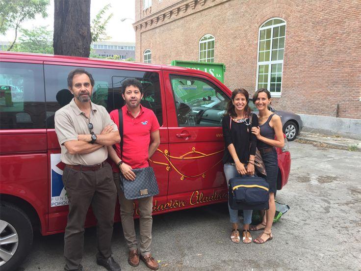 El equipo médico de la Unidad de Cuidados Paliativos junto a la furgoneta puesta a su disposición por Aladina