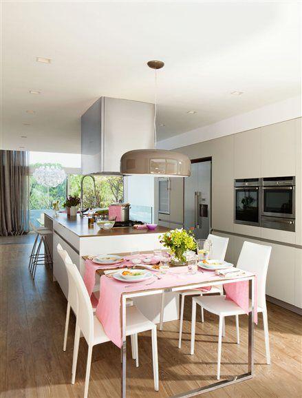 Esta cocina con isla grande está pensada para disfrutar en compañía, todos pueden compartir el mismo espacio, los que cocinan y los invitados
