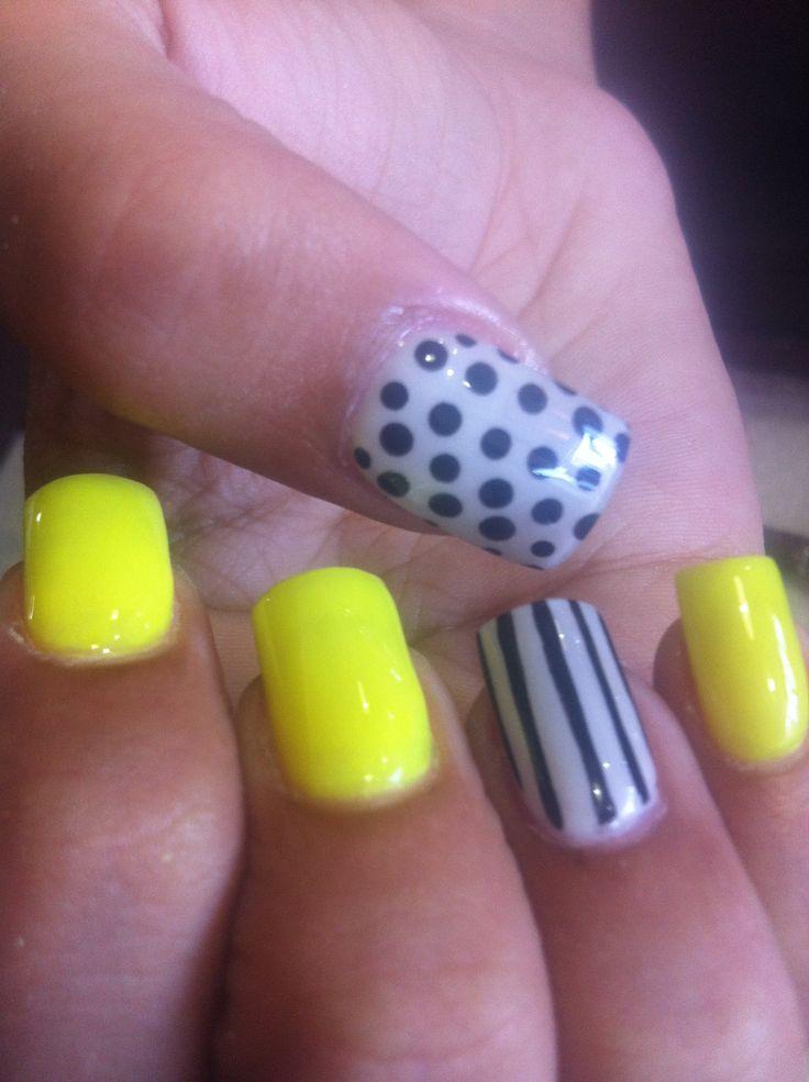 Uñas amarillo neon