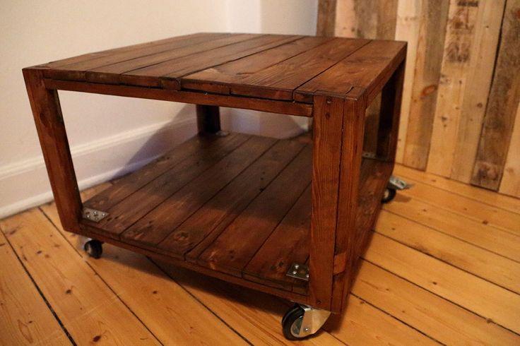 Solidt sofabord på hjul, af gammelt palletræ - Højde 50 cm. Bredde 69 cm. Længde 69 cm - Kr. 4.200,- #indretning #sofabord #rullebord #genbrug #møbler #interior #salg #tilsalg #recycle #upcycle #interior #forsale #retrosale #industrial #palletwood #bolig #palletfurniture