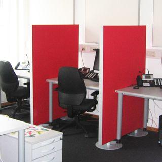Akustik Trennwand im Callcenter macht ein konzentrierteres Arbeiten bei mehreren Telefonaten möglich.