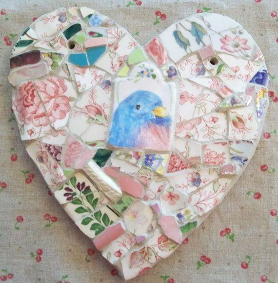 8 x 8 hart op mijn base van gebakken klei. Mijn handbeschilderd bluebird beelden met mozaïek, pique Ardeense ontwerp. Vintage aardewerk scherven knippen en passen bij mijn ontwerp. Grouted met een zachte linnen gekleurde specie, weer bewijs. Kunnen worden opgehangen buiten in uw tuin of bij uw voordeur. Maakt een speciale groet! Deze hart Maak prachtige geschenken en ook zoete in uw huis