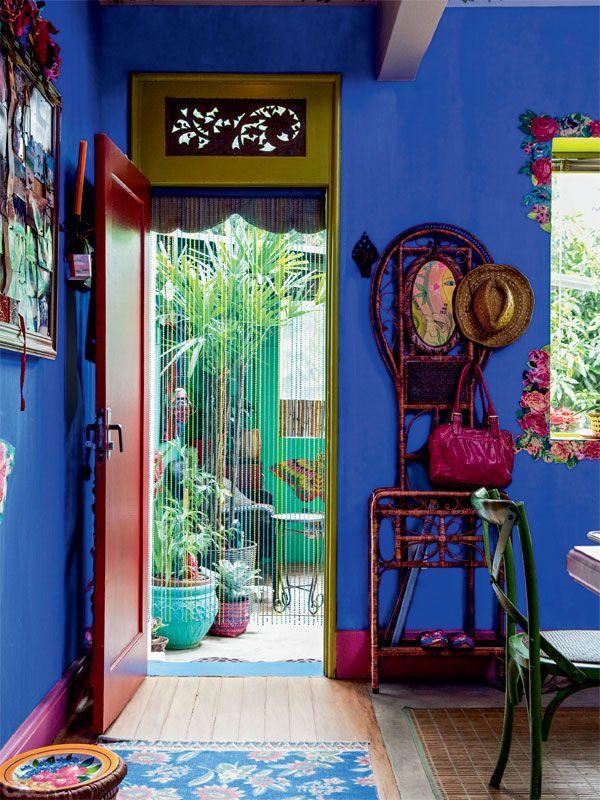O que Silvia queria ver sempre que saísse de casa? Muitas plantas na varanda, pintada de turquesa (Sherwin-Williams, ref. 6746*). Já na parede da sala, o azul puro é uma textura da Anil Tintas.