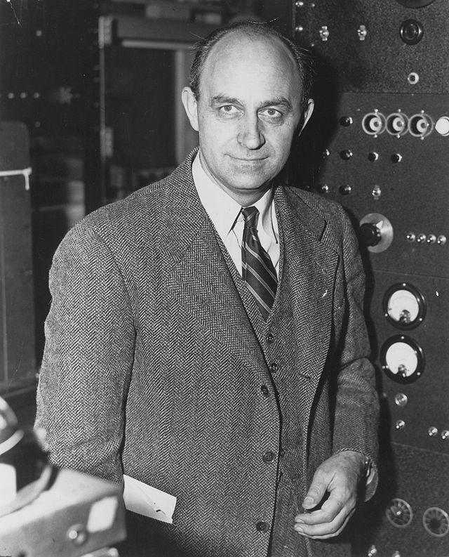 Enrico Fermi. Importante scienziato, noto per gli studi teorici e sperimentali nell'ambito della  meccanica quantistica, in particolare della fisica nucleare.
