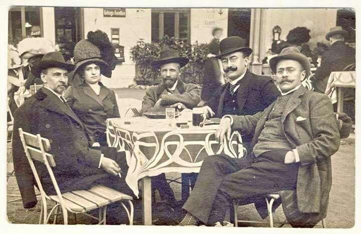 FOTOGRAFIE ANTOLOGICĂ, KARLSBAD 1911 De la stânga spre dreapta: George Coșbuc, d-na Elena Vaida-Voievod, dr. Ciuta (Bistrița), Alex. Vaida-Voievod, Ion Luca Caragiale, la Karlsbad, 1911