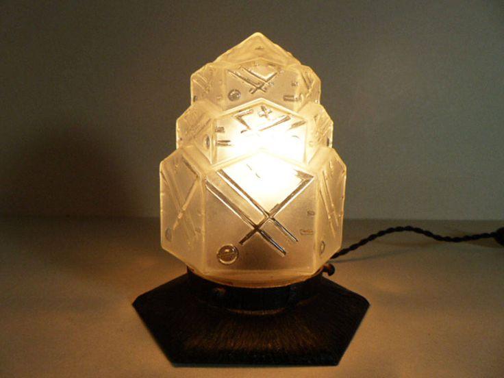 Verre dépoli blanc lampe antique gratte-ciel Art-déco des années 1920 l'ombre par LaLoupiote sur Etsy https://www.etsy.com/ca-fr/listing/555820339/verre-depoli-blanc-lampe-antique-gratte
