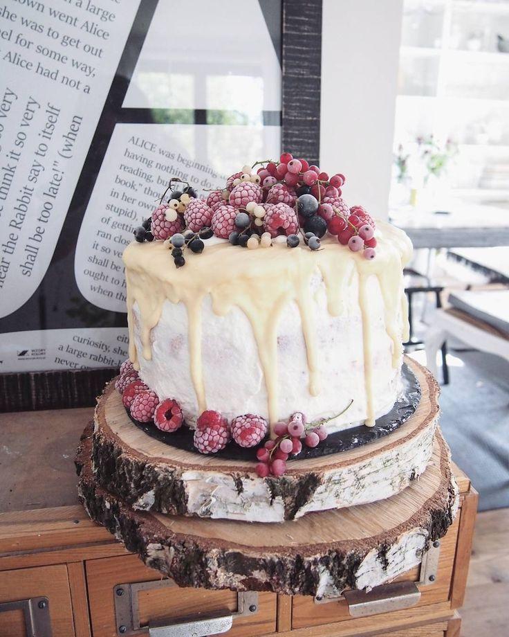 ❤homemade cake...memories❤ mozna sie oblizac i poklepac po brzuchu...ah ciesze sie,ze wyszedl i smakowal:) Recipe? Improvisation:) sponge cake, whipped cream, raspberries jam and white chocolate:) enjoy;) #tort #urodziny #maliny #sweets #birthdaycake #cake #fruits #food52 #foodstagram #foodporn #tray #natural #fresh #madewithlove #baking #homemade