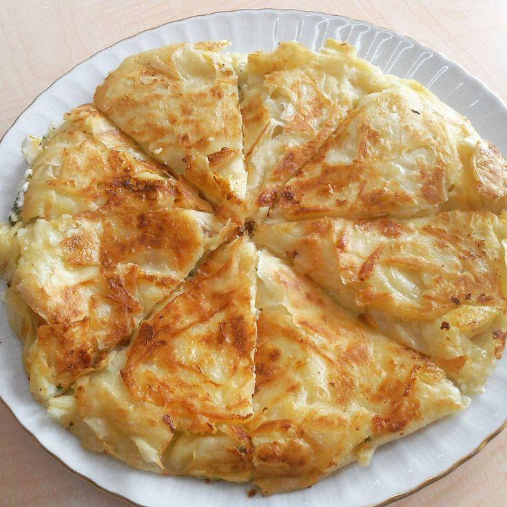 """""""Tavada su böreği tadinda kolay peynirli börek okulda öğretmen arkadaslarla kahvalti icin yapmistm ve çokta begenilmisti ♡Peynirli Tava Böregi…"""""""