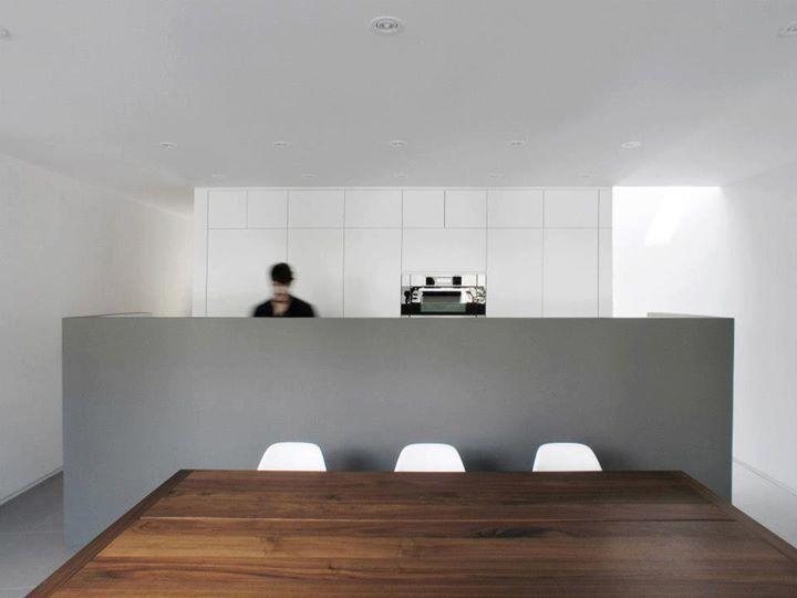 Table à dîner T103 / T103 dining table.  La SHED architecture / Maison Henri-Julien © Olivier Malenfant