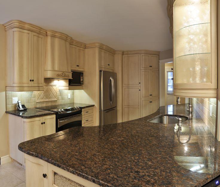Cette cuisine moderne est en Merisier blanchit et veillit. Le comptoir de Granit enrichi le style et fait assure l'union de la pierre et du bois donnant un look frais et riche à vos armoires de cuisine.