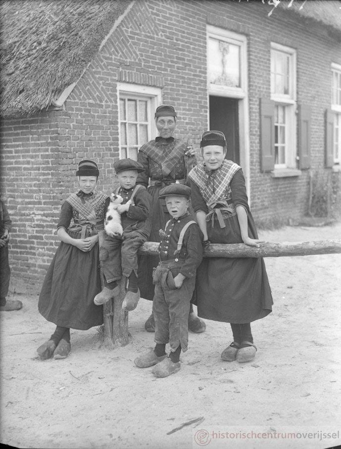 Staphorst: Opname van volwassen vrouwen en kinderen in klederdracht. #Overijssel #Staphorst