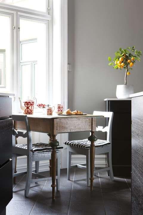 ARV: Stolene og det lille bordet er arv fra Glenns besteforeldre, her sitter paret gjerne minst en gang om dagen. Det vakre porselensserviset heter Balcon du Guadalquivir og er fra Hermès. Andreas har samlet i flere år.