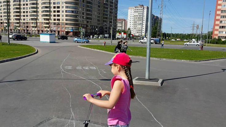 Катаемся на самокате по асфальтовым дорожкам - ride  a  scooter